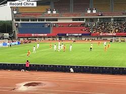 中国四川省成都市で開催されたサッカーの国際ユースサッカー大会で、韓国代表の選手一人が優勝カップを踏みつけて記念撮影をした問題で、成都市サッカー協会関係者は試合後、「もう韓国チームは呼ばない」と話したという。