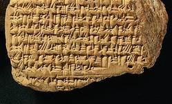 アレクサンドロス大王が紀元前331年、ガウガメラの戦いでアケメネス朝ペルシャ帝国に勝利したことを記す粘土板。上から3行目以降に記述されている(大英博物館の許可を得て三津間康幸氏が撮影)