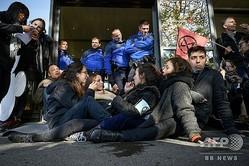 スイス・ジュネーブの空港で、プライベートジェット専用ターミナルの出入り口前に座り込む活動家ら(2019年11月16日撮影)。(c)Fabrice COFFRINI / AFP