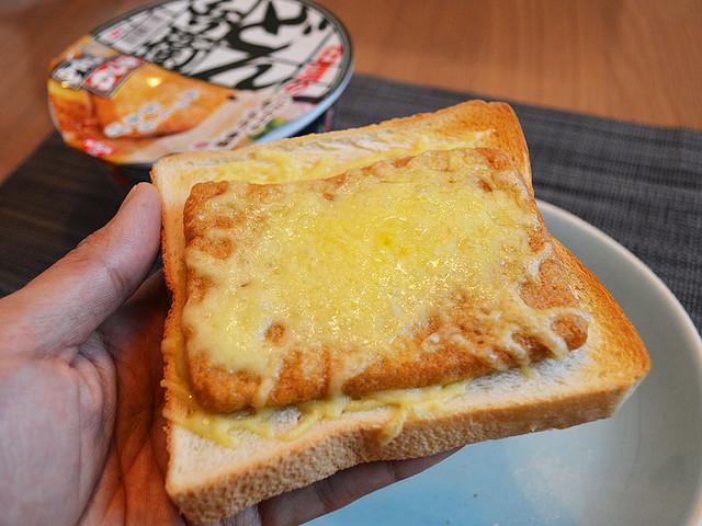 例えるなら和風フレンチトースト! どん兵衛の油揚げとチーズをパンに乗せて焼く「どん兵衛トースト」が奇跡の味に