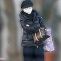 """1月21日、仕事現場に行くため高級マンション前でタクシーを待つ鈴木奈々は""""セレブな装い"""""""