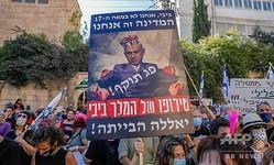 エルサレムにあるイスラエル首相府前で、マスクを着用してベンヤミン・ネタニヤフ首相に抗議するデモ隊(2020年7月24日撮影)。(c)AHMAD GHARABLI / AFP