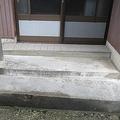 吸い殻バケツがぶちまけられた女性宅玄関先。タバコのにおいはなかったが、地面にはシミが残る