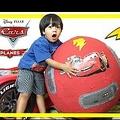 """""""億万長者のYouTuber""""になった6歳児(画像は『Ryan ToysReview 2015年7月1日公開YouTube「100+ cars toys GIANT EGG SURPRISE OPENING Disney Pixar Lightning McQueen kids video Ryan ToysReview」』のサムネイル)"""