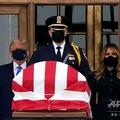 米首都ワシントンの最高裁判所で、ルース・ベイダー・ギンズバーグ判事のひつぎの後ろに立ち、同判事を追悼するドナルド・トランプ大統領(左)とメラニア夫人(右、2020年9月24日撮影)。(c)ALEX EDELMAN / AFP
