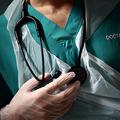 患者を診察する医師(2020年5月14日撮影、資料写真)。(c)HANNAH MCKAY / POOL / AFP