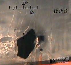 米国防総省が公開した、オマーン湾でのタンカー攻撃へのイラン関与の証拠とされる写真(2019年6月17日撮影)。(c)AFP=時事/AFPBB News