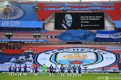イングランドFAカップ準決勝、チェルシー対マンチェスター・シティ。9日に死去したフィリップ殿下を悼み、黙とうをささげる両チームの選手(2021年4月17日撮影)。(c)Adam Davy / POOL/ AFP