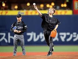 始球式を務めた矢方美紀=京セラドーム大阪(撮影・中島信生)