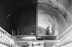 (写真)天井板の撤去工事時に撮影された笹子トンネル。作業員の足場になっているのが天井板で、上方の空間を左右に仕切っているのが隔壁板(国交省の調査・検討委員会の報告書から)