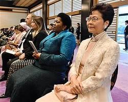 「即位礼正殿の儀」に参列した香港の林鄭月娥行政長官(右)=22日午後0時19分、皇居・宮殿「春秋の間」(代表撮影)