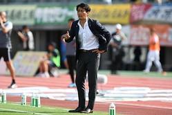 今季、甲府で2年目を迎える伊藤監督。転換期にあるチームを高みに導けるか。写真:徳原隆元