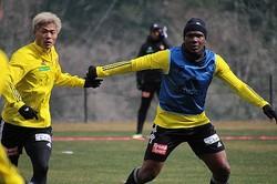 今季から主将を務めるシマオ・マテ(右)と今季移籍加入した赤�(左)が競り合う。写真提供:ベガルタ仙台