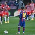 20-21スペイン1部リーグ第33節、FCバルセロナ対グラナダ。失点を悔しがるFCバルセロナのリオネル・メッシ(2021年4月29日撮影)。(c)LLUIS GENE / AFP