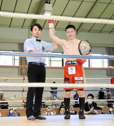 初防衛を果たしたユーリ阿久井政悟(右)=浅口市立天草公園体育館