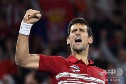 男子テニスの国別対抗戦ATPカップ決勝、セルビア対スペイン。スペインのラファエル・ナダルに勝利して喜ぶセルビアのノバク・ジョコビッチ(2020年1月12日撮影)。(c)William WEST / AFP