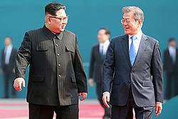 4月27日、板門店で南北首脳会談を行った北朝鮮の金正恩委員長と韓国の文在寅大統領