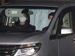 槇原敬之容疑者を乗せたと思われる車の後部座席はカーテンが閉じられ中をうかがうことはできず(撮影・小海途 良幹)