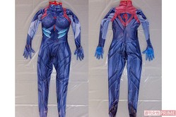 容疑者が着用していたアニメ「エヴァンゲリオン」の衣装。左が表で右が裏