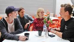 音楽の勉強をするヨハンナさん(右から2人目)。カフェの時間に集まると、自然に政治や社会について語り合うという(スウェーデン・ストックホルムで)