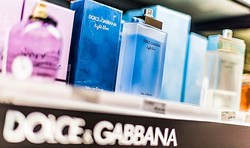 こんな香水のせいにしてしまうことに怒りを感じる人もいるようです(monticellllo/stock.adobe.com)