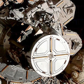 国際宇宙ステーション(ISS)で船外活動に臨む米航空宇宙局(NASA)のクリスティーナ・コック飛行士とジェシカ・メイヤー飛行士(2019年10月18日提供)。(c)AFP=時事/AFPBB News