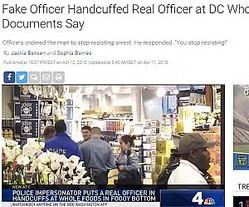 警察官、犯人が持参した手錠をはめられる(画像は『NBC Washington 2018年4月10日付「Fake Officer Handcuffed Real Officer at DC Whole Foods, Documents Say」』のスクリーンショット)