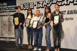 第36回「ベストジーニスト2019」に出席した(左から)Hey!Say!JUMPの中島裕翔、女優・山本美月、お笑いタレント・出川哲朗、女優・長谷川京子、E−girls・楓