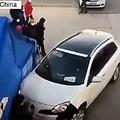 中国北京市昌平区で17日、新型コロナウイルスの検査のために設置された簡易施設に乗用車が突っ込むという衝撃的な事件が発生した。