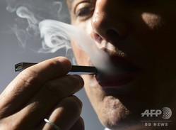 電子たばこを使用する男性(2018年10月2日撮影、資料写真)。(c)EVA HAMBACH / AFP