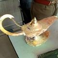 男2人が「アラジンのランプ」と偽り700万ルピー(約980万円)で医師に売りつけたとされるランプ。ウッタルプラデシュ州警察提供(2020年10月29日撮影)。(c)AFP PHOTO /Uttar Pradesh Police (UP Police)
