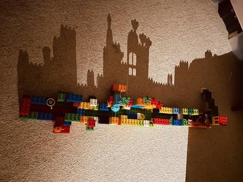 """「影がお城」偶然?!奇跡のアート 4歳がつくったレゴの""""おうち""""、就寝前の母を夢のような不思議な世界に招待"""