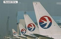 17日、中国の航空会社が勤務中の機内でプロポーズに応じた女性客室乗務員(CA)を解雇したと報じられ、中国のネット上の意見は賛否両論に分かれている。写真は中国東方航空機。