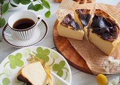 あの話題のバスクチーズケーキを手作りで!混ぜて焼くだけ簡単レシピ&上手につくるポイント