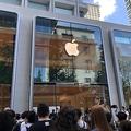 「Apple 丸の内」がオープン 開店を待ちわびる人々の長蛇の列