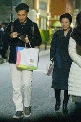 前田愛がプライベートで見せたキュートな笑顔(左は七之助)