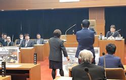 性的関係があったとされる町長室の写真パネルを議場に持ち込み、新井祥子氏(左)に説明を求める黒岩信忠町長(右)=2019年12月2日、群馬県草津町議会
