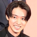 山崎賢人 役作りでひげ生やすために「毎日血が出るくらい剃りました」