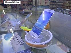9日、韓国メディアによると、中国スマートフォン市場におけるサムスン電子のシェアが0%台に下がったという調査結果が発表された。写真は中国にあるサムスンのスマホ売り場。