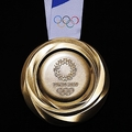開幕1年前セレモニーで発表された東京五輪の金メダル(裏面)=Tokyo2020提供