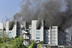 インド・プネにあるインド血清研究所での火災の様子(2021年1月21日撮影)。(c)AFP
