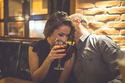 不倫男性はコッソリやっている… 女性を「カラダの関係」に誘うための卑劣な手口4選