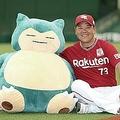 野村隊長が最強の胃袋を持つとされるポケモン「カビゴン」とメットライフドームで対面。「なんか似ている」と親近感を抱いている(撮影・矢島康弘)