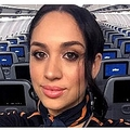 メーガン妃にそっくりな客室乗務員(画像は『The Sun 2020年2月15日付「DOUBLE DUCH Air hostess is regularly mistaken for Meghan Markle on flights and confused passengers ask why she is working on a plane」(Credit: YouTube)』のスクリーンショット)