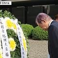 24日、福田康夫元首相が中国江蘇省にある南京大虐殺記念館を訪れ、犠牲者らに花を手向けた。