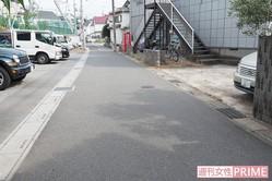 事件現場。容疑者は写真右スペースでUターンする車を威嚇していた