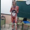 斬新なアイデアで「人体の構造」を教えた小学校教師(画像は『Michael 2019年12月16日付Twitter「Muy orgulloso de este volcán de ideas que tengo la suerte de tener como mujer」』のスクリーンショット)