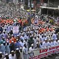 エマニュエル・マクロン仏大統領の発言を受けて行われた抗議デモ。バングラデシュ・ダッカで(2020年10月27日撮影)。(c)Munir UZ ZAMAN / AFP
