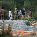 インド・ウッタルプラデシュ州ウナオ県でのガンジス川岸で、新型コロナウイルス感染者のものとみられる遺体が埋められた火葬地を調べる警察官と当局関係者ら(2021年5月13日撮影)。(c)SANJAY KANOJIA / AFP
