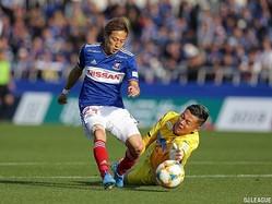 GKをかわしてゴールを決めるFW仲川輝人